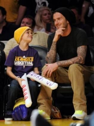 David e Romeo Beckham na última sexta-feira, durante um jogo do Los Angeles Lakers