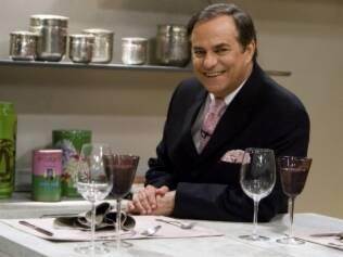 O apresentador Ronnie Von na cozinha do programa