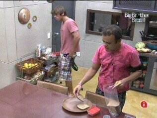 Os brothers se alimentam com um lanchinho