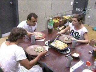 Diana elogia o prato feito por ela própria: