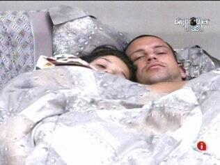 Diogo e Talula conversam abraçados na cama