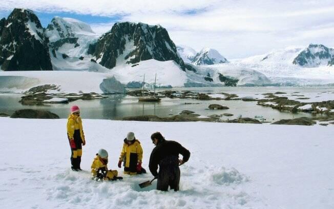 As irmãs viajaram com o pai, o navegador Amir Klink, para a Antártica