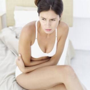 A cólica biliar é uma dor constante, que aparece no lado direito do abdome, quase sempre acompanhada de náuseas
