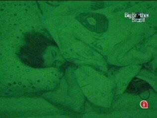 Última a se deitar, Maria finalmente pega no sono no Quarto Jujuba