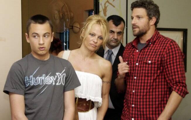 Pamela Anderson visita a ONG Unas, no Heliópolis, em São Paulo