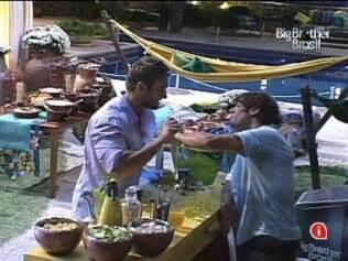 Maurício e Wesley conversam na Festa Forró