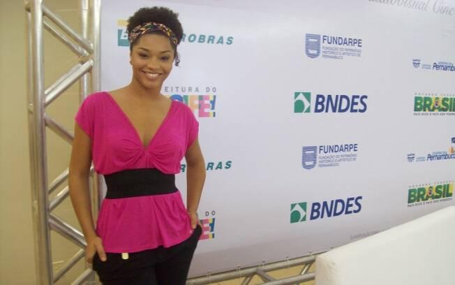 Depois de acompanhar a exibição do filme, Juliana Alves se prepara para levar o texto para o palco