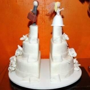 O bolo é inspirado no de casamento, mas a separação faz a diferença