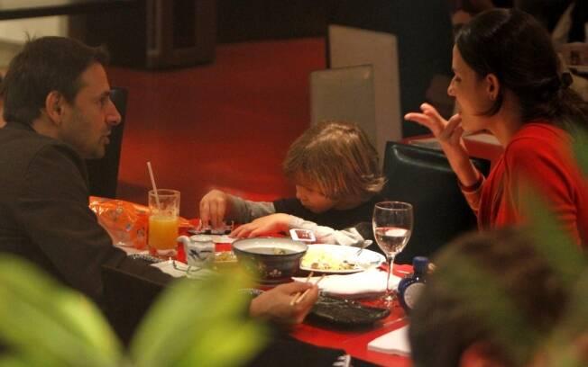 Murilo Rosa e Fernanda Tavares jantam em família