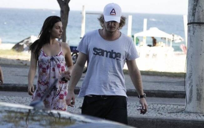 Ísis Valverde deixa praia na companhia de novo affair