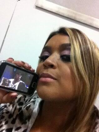 Preta Gil com a TV portátil no camarim: show só depois do programa