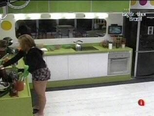 Paula lava louça antes de dormir