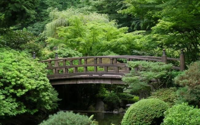 Pontes, pedras e cascatas marcam a paisagem do Portland Japanese Garden