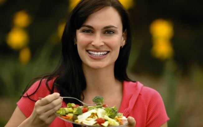 Pratos coloridos, com alimentos variados, são repletos de vitaminas importantes para a mulher