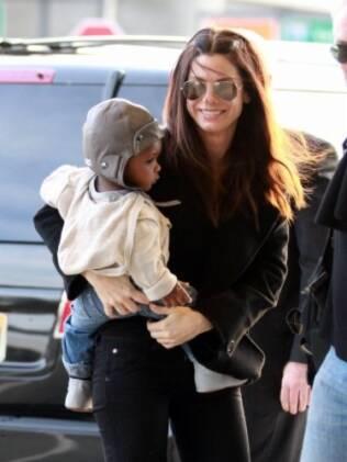 Sandra Bullock e seu filho, Louis, são flagrados no aeroporto JFK, em Nova York
