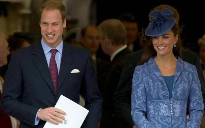 Príncipe William e Kate Middleton na saída da cerimônia religiosa