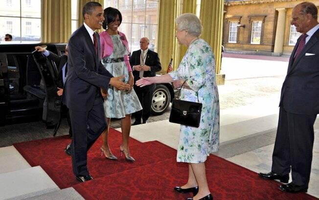 Barack e Michelle Obama cumprimentam a Rainha Elizabeth
