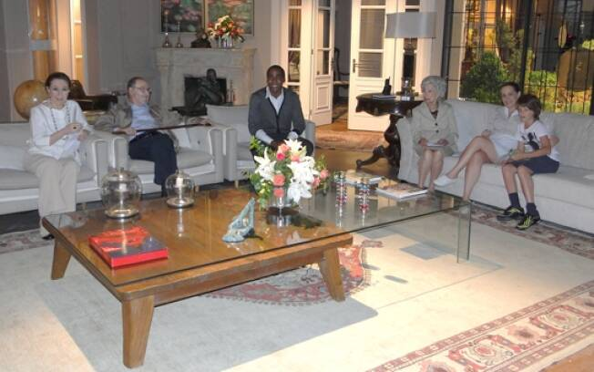 Lázaro Ramos visita casa de Bete Gouveia