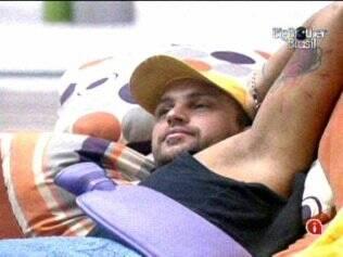 Deitado no sofá, Diogo faz compressa com água quente