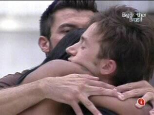 Brothers abraçam transex na sala
