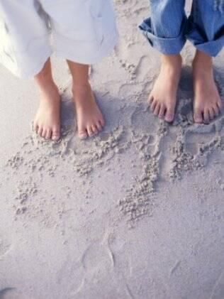 Praia, sol, água formam o ambiente favorável para contrair micoses nas unhas e na pele