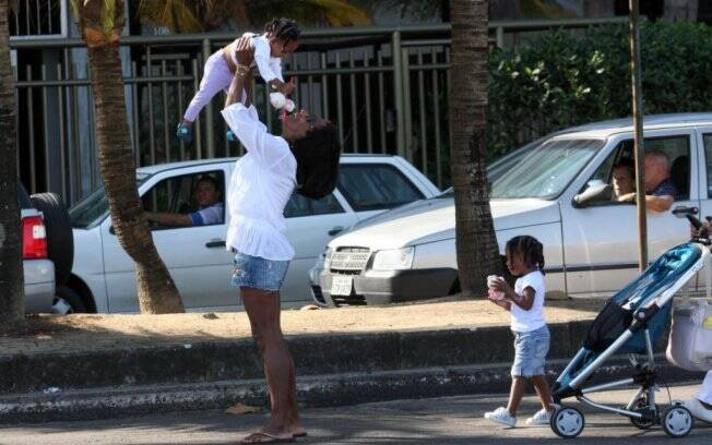 Gloria Maria brinca com as filhas na orla do Leblon, Rio de Janeiro