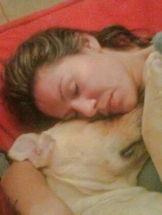 Em momento caseiro, Cris tira uma soneca abraçada ao labrador Fedor