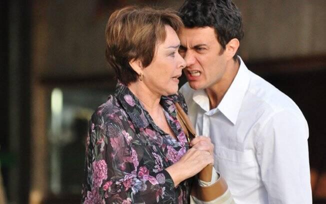 Carmen (Nívea Maria) morreu por causa de Leo (Gabriel Braga Nunes), que deve ser uma das próximas vítimas de