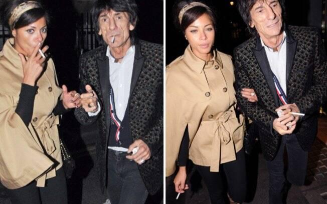 Ana Araujo e o Rolling Stone Ron Wood flagrados entrando no Ivy Club, em Londres