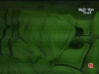 Maria e Wesley dormem no Quarto do Líder