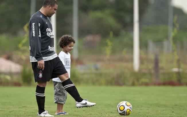 Ronaldo e Alex em campo: pai e filho também bateram uma bolinha