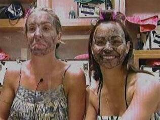 Joana Machado e Taciane Ribeiro com máscara de argila no rosto