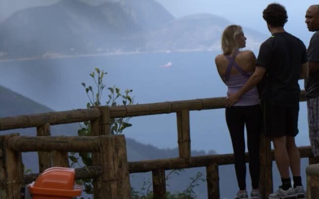 Alexandre Pato e Barbara Berlusconi observam a paisagem abraçadinhos