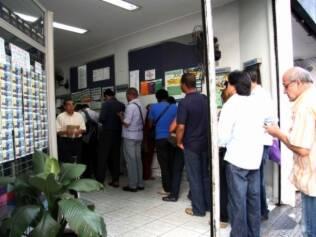 Movimentação na tarde desta quarta-feira na fila de uma lotérica no centro de São Paulo