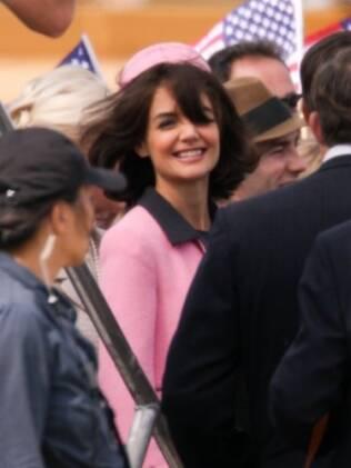 Katie Holmes como Jackie Kennedy na minissérie