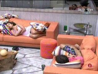 Maria e Daniel dormem na sala