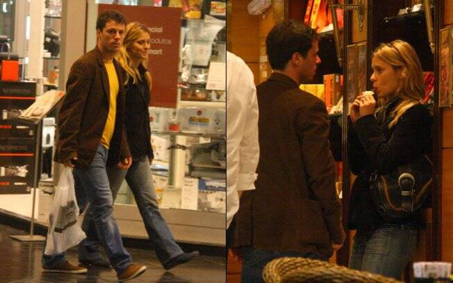 Carolina Dieckmann e Tiago Worcman passeiam em shopping no Dia dos Namorados