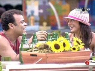 Daniel e Maria se divertem um com o outro na área externa da casa