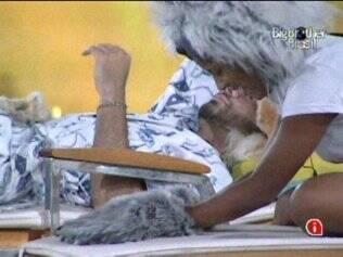 Sem voltar para a cama após o Castigo do Monstro, Janaina e Rodrigão conversam no jardim