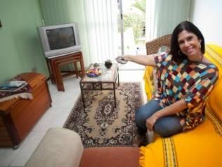 Rebeca é solteira por opção e diz adorar ser a dona do controle remoto da televisão