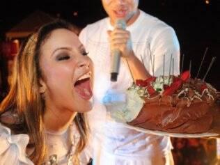 Claudia Leitte finge devorar seu bolo: surpresa da produção