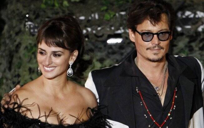 Johnny Depp e Penélope Cruz fazem pré-estreia na Disneylândia