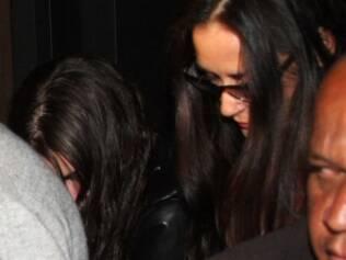 Tallulah Willis e Demi Moore: mãe e filha tentam se esconder dos flashes na chegada ao restaurante
