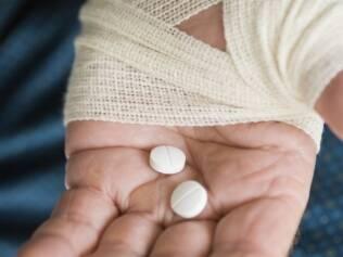 Portadores de dor crônica recorrem à automedicação. Estratégia é arriscada, sengundo médicos