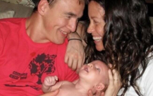 Alanis Morissete, o marido Mario Treadway, e o bebê Ever Imre Morissette-Treadway
