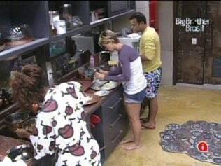 Diana, Daniel e Jaqueline preparam almoço