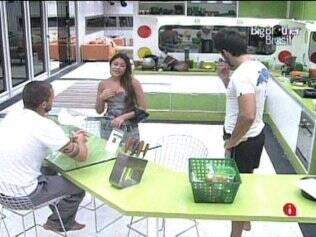 Maria conversa com Diogo e Rodrigão na cozinha