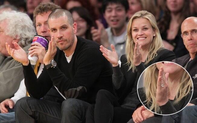 Depois de muita especulação, Reese Witherspoon exibe o anel de noivado