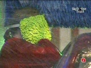 Única sobrevivente do Grupo Vermelho, Paulinha protege os ouvidos da água