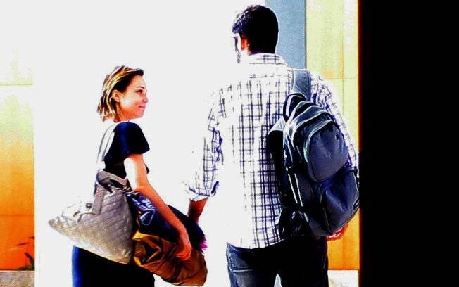 Após tomarem café da manhã juntos, Mariana Ximenes e seu novo par se despediram com beijos apaixonados no lobby do hotel Hyatt, em São Paulo